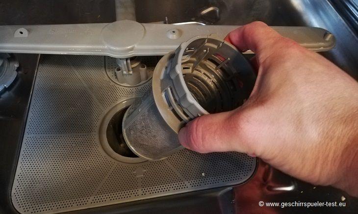 Spülmaschinensieb entfernen